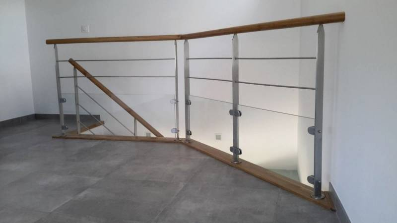 Escalier quart tournant sur limon central metal for Main courante bois 3 metres